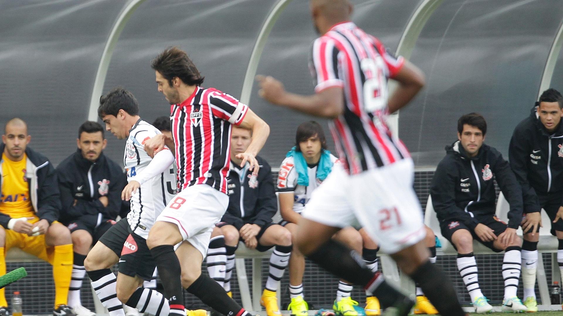 Kaká e Fagner travaram um duelo particular no clássico entre Corinthians e São Paulo no Itaquerão. O são-paulino deu trabalho ao rival