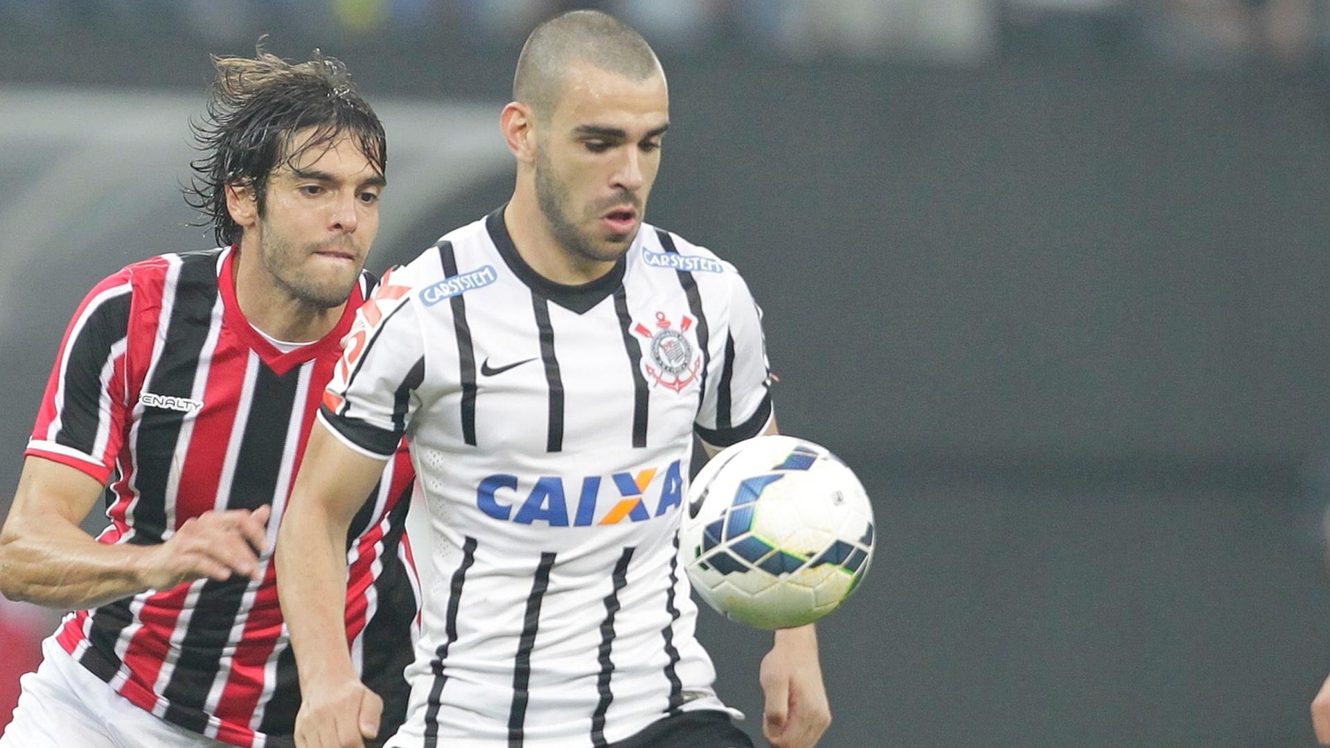 Kaká luta pela bola no clássico entre Corinthians e São Paulo no Itaquerão