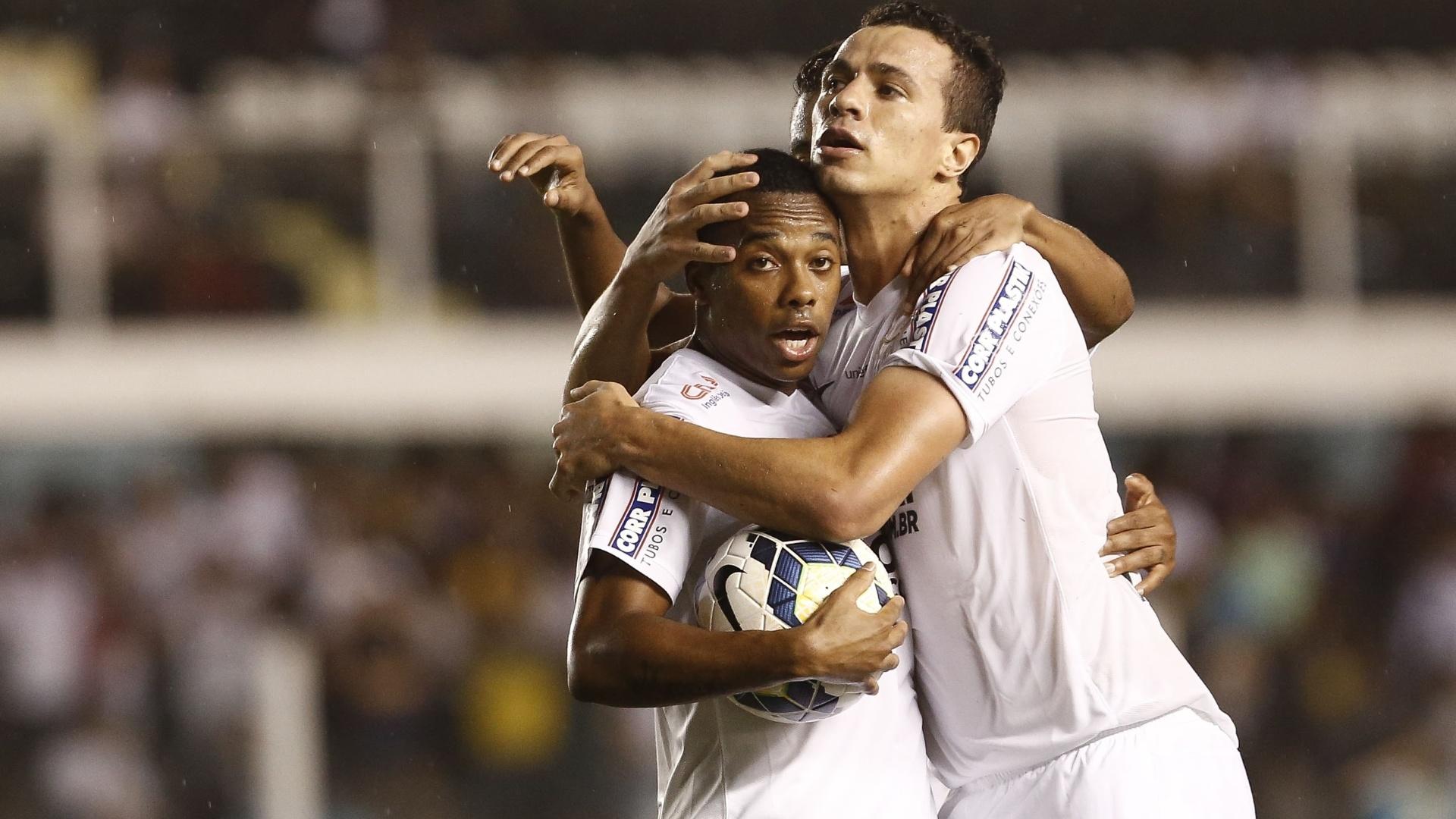 Leandro Damião e Robinho comemoram gol do Santos no duelo contra o Figueirense pelo Brasileirão