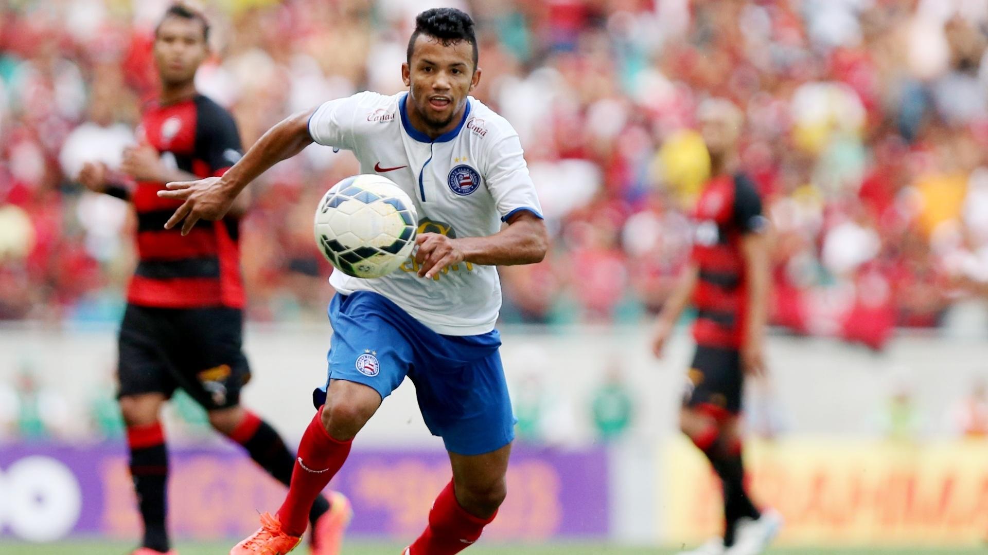 Léo Gago domina a bola enquanto é observado pelos jogadores do Vitória no clássico baiano