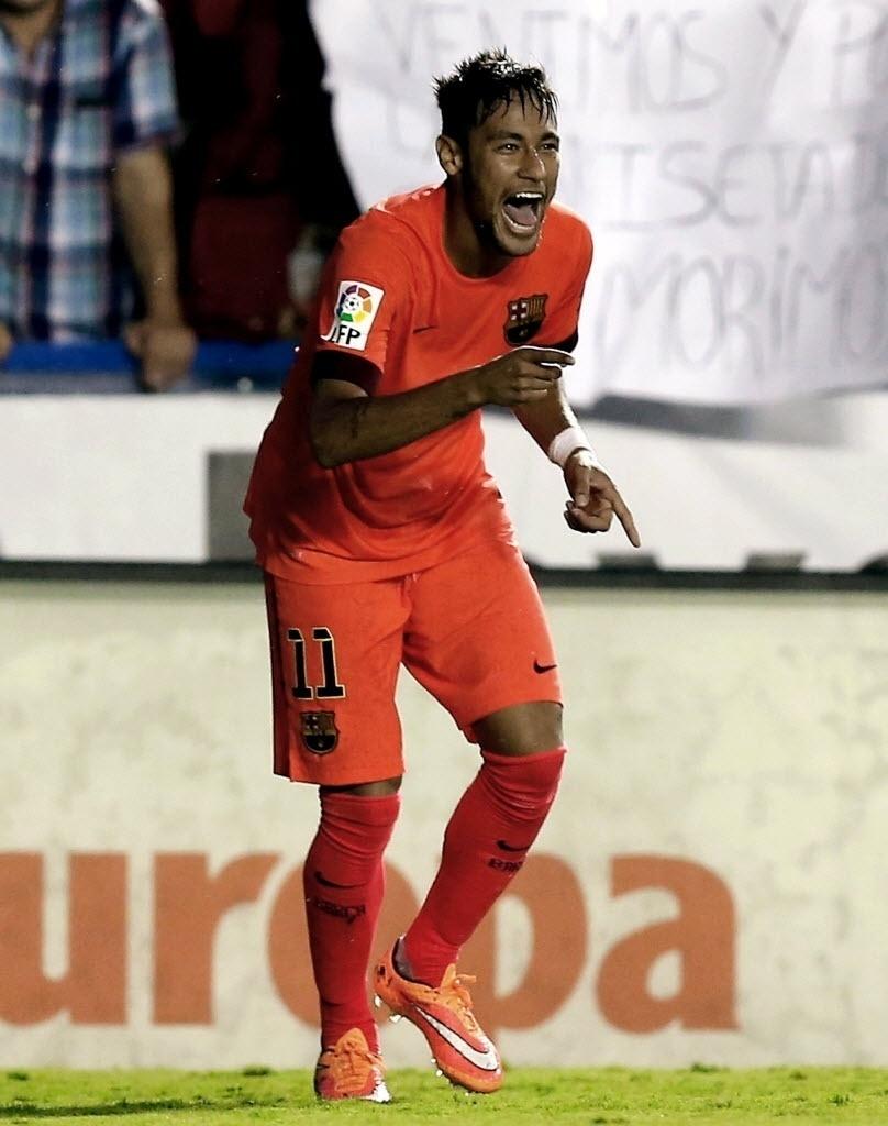 Neymar comemora seu gol contra o Levante em partida do Campeonato Espanhol