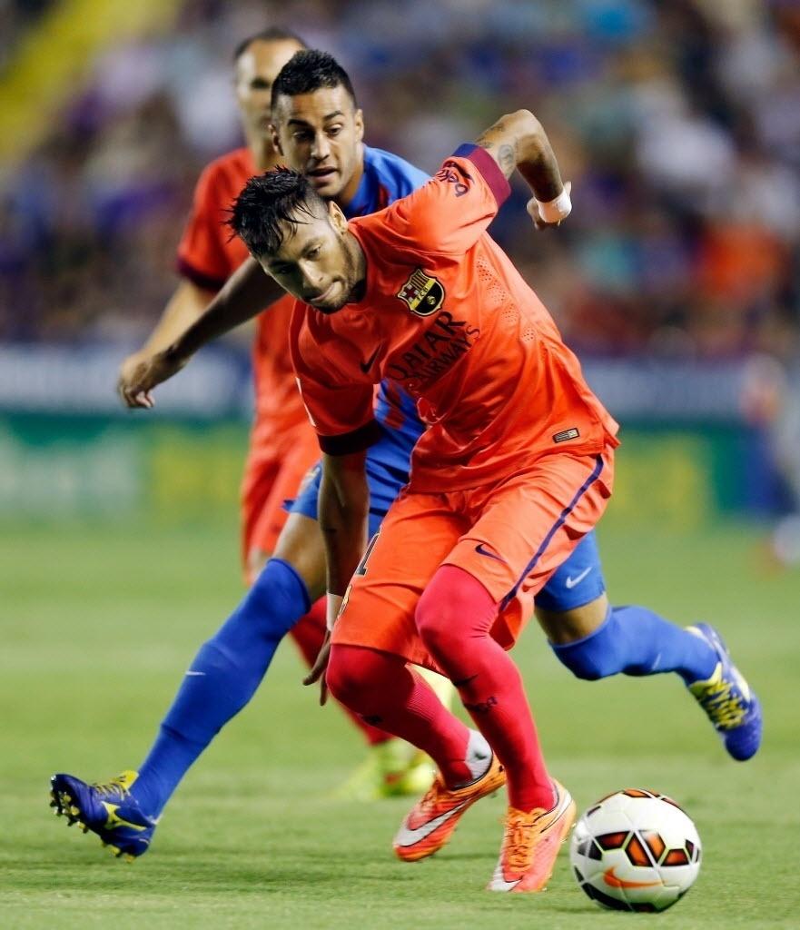 Neymar disputa a bola em partida do Barcelona neste domingo contra o Levante