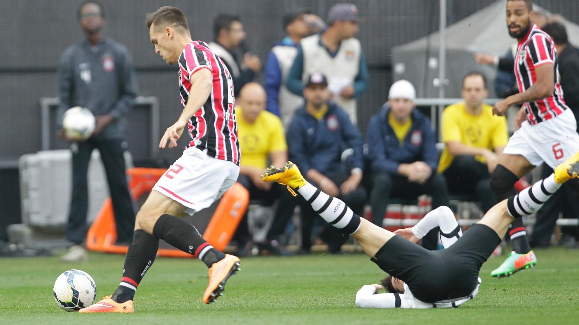 O são-paulino Rafael Tolói se envolve em forte disputa de bola no clássico contra o Corinthians no Itaquerão. O rival fica jogado no chão