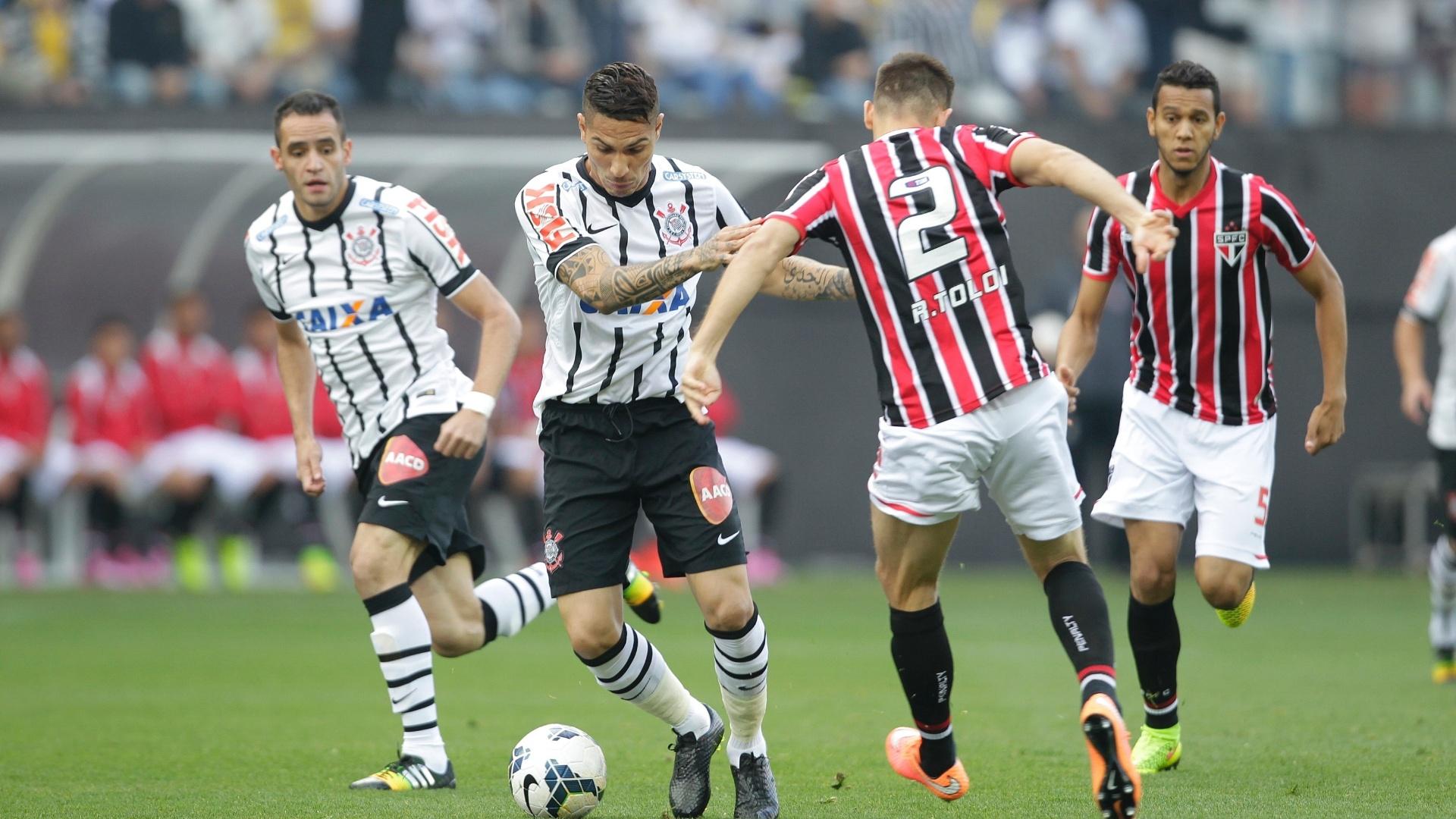 Paolo Guerrero e Rafael Tolói disputam a bola durante clássico entre Corinthians e São Paulo no Itaquerão