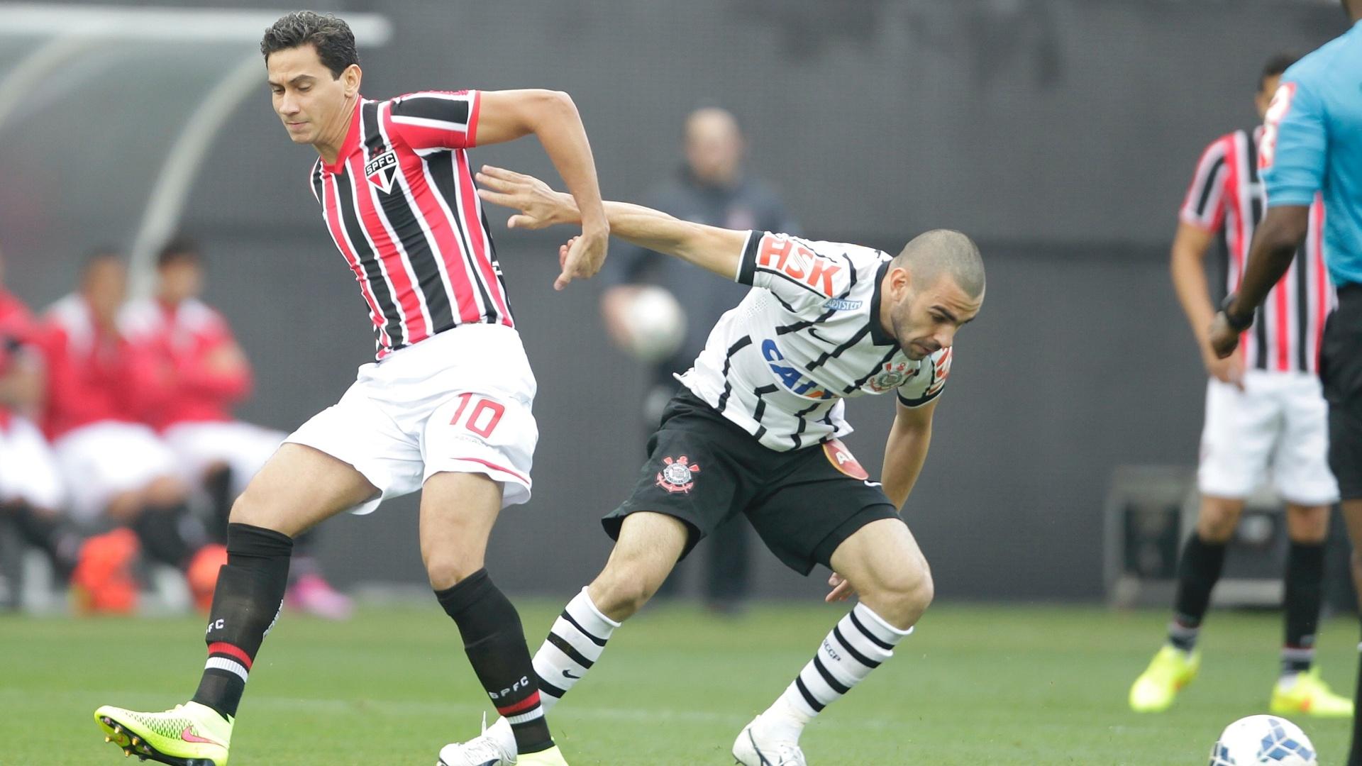 Paulo Henrique Ganso disputa bola no duelo entre Corinthians e São Paulo no Itaquerão