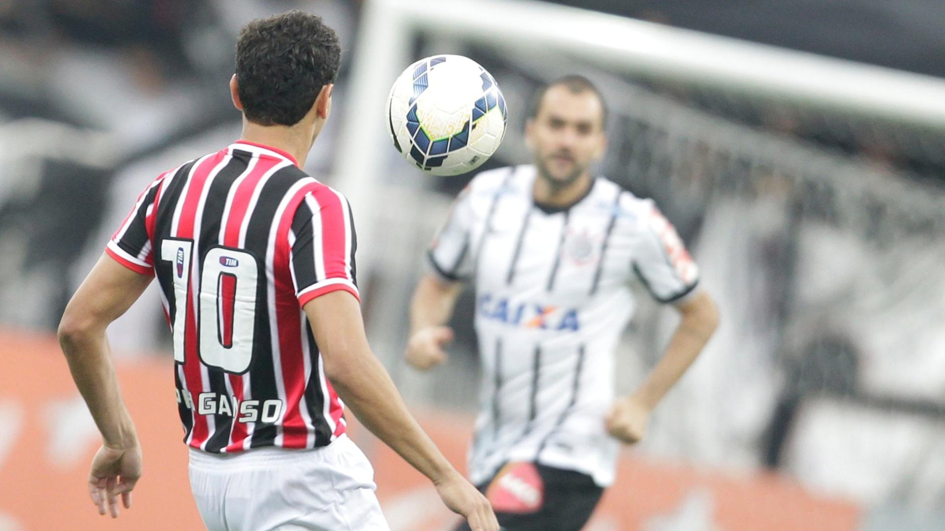 Paulo Henrique Ganso domina a bola enquanto é observado por Danilo no duelo entre Corinthians e São Paulo
