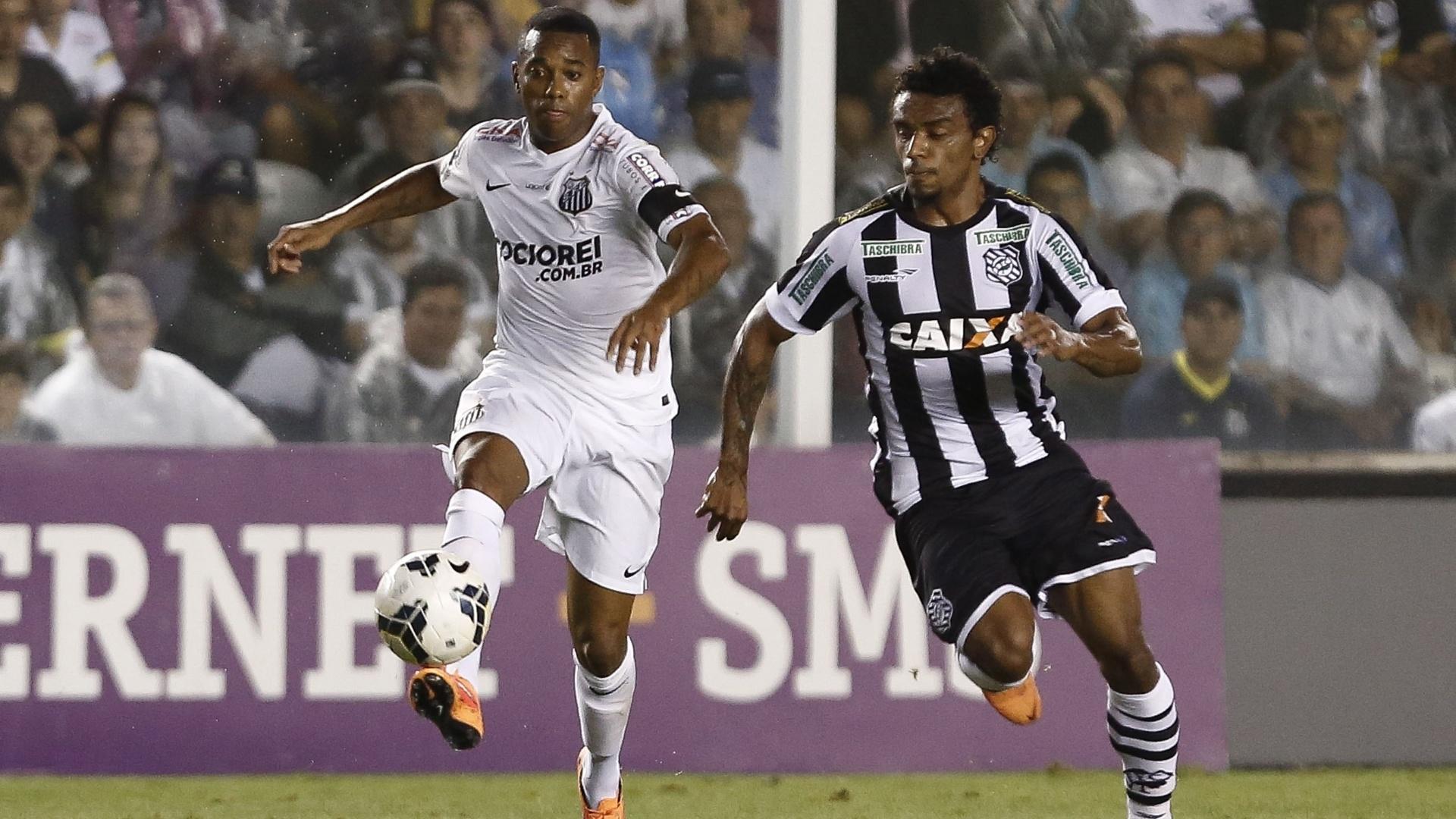 Robinho leva a bola e é observado de perto pelo adversário no Brasileirão