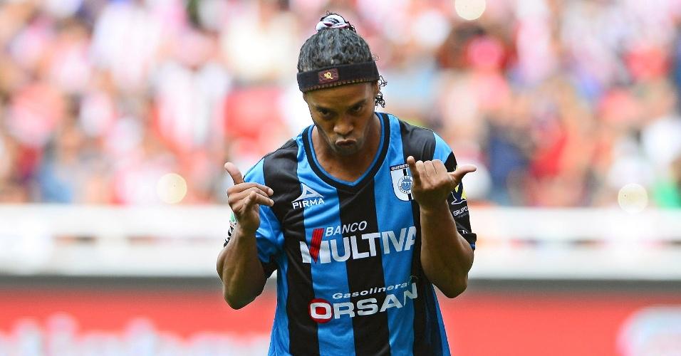 Ronaldinho comemora seu primeiro gol pelo Querétaro no futebol mexicano