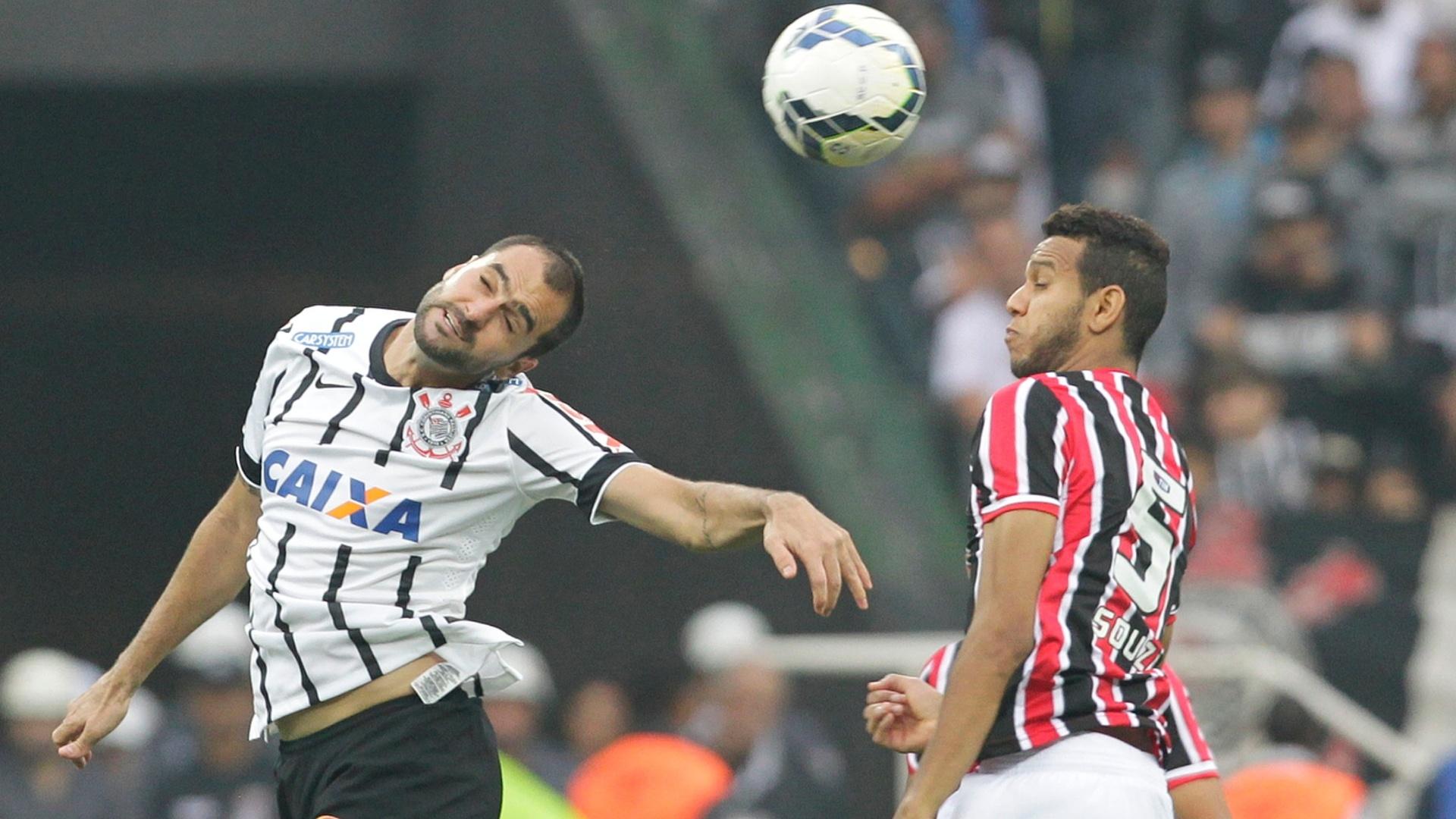 Souza e Danilo disputam bola aérea no clássico entre Corinthians e São Paulo no Itaquerão