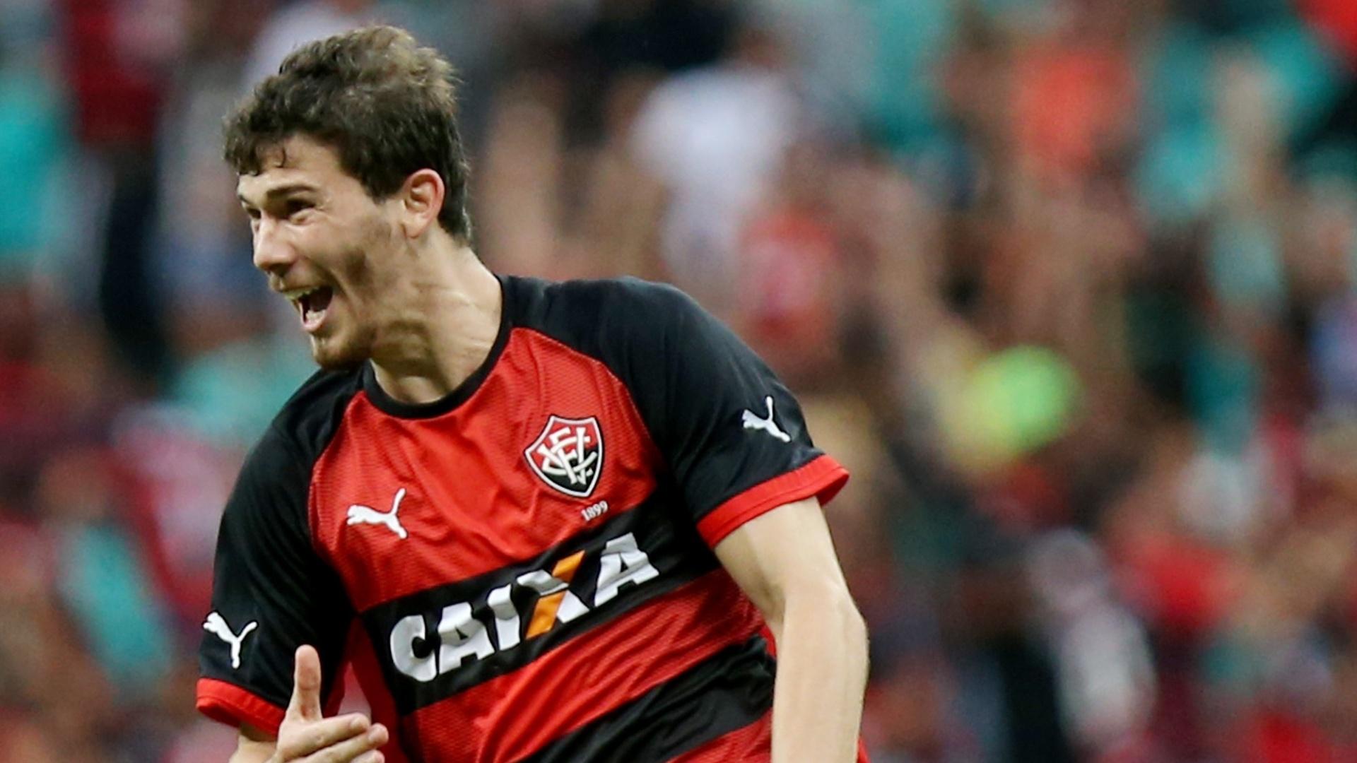 21. set. 2014 - Luiz Gustavo, do Vitória, comemora gol marcado contra o Bahia