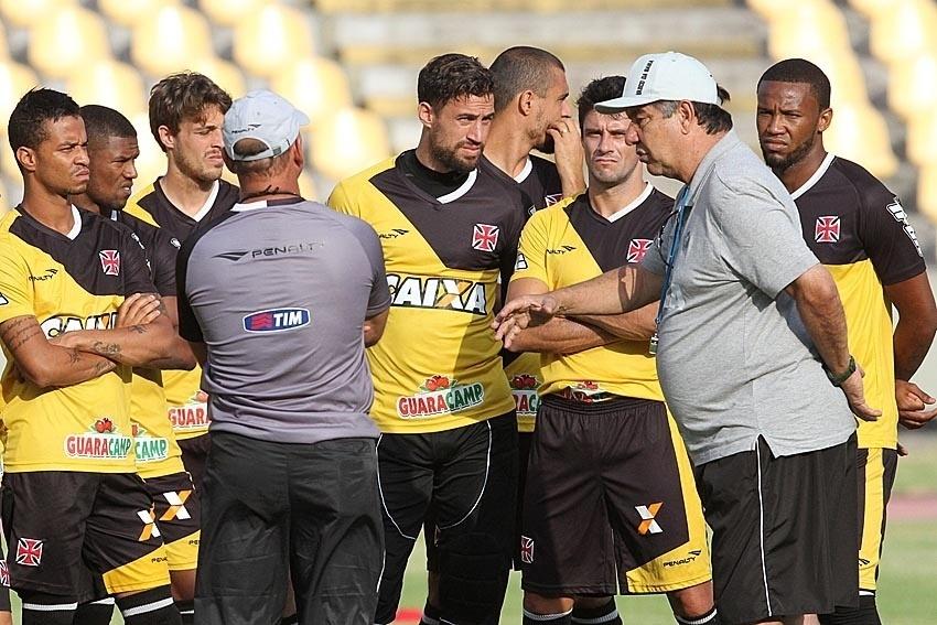 Joel Santana conversa com o grupo vascaíno no Castelão