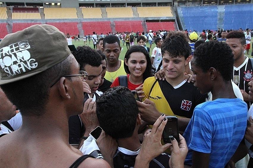 Lucas Crispim tira foto com torcedores no Castelão
