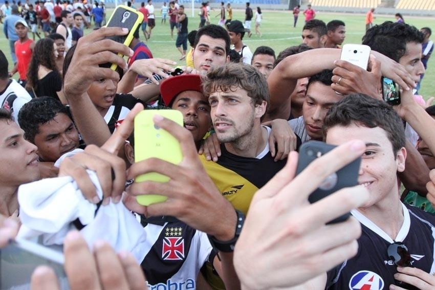 Maxi Rodríguez tira foto com torcedores no Castelão