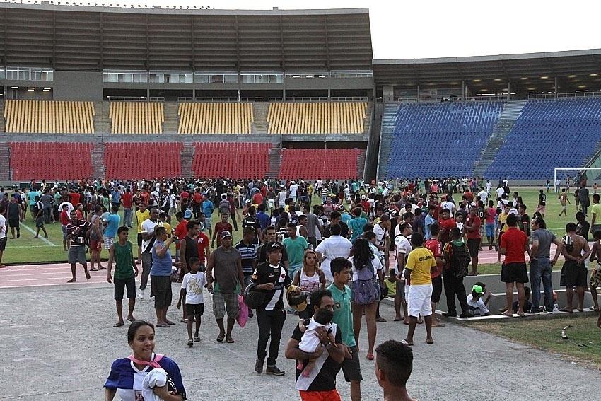 Milhares de torcedores invadem treino do Vasco no Castelão, em São Luis (MA)