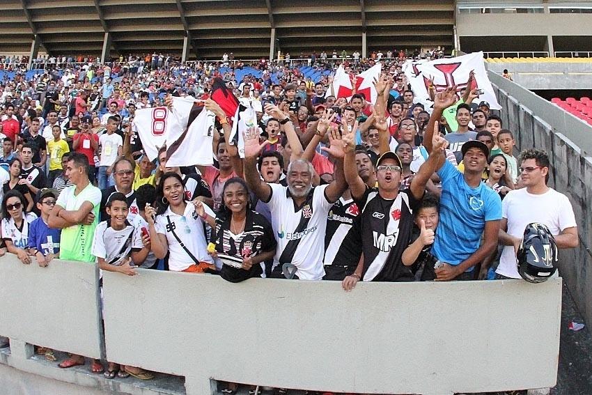 Torcedores do Vasco compareceram em bom número no treino da equipe no Castelão