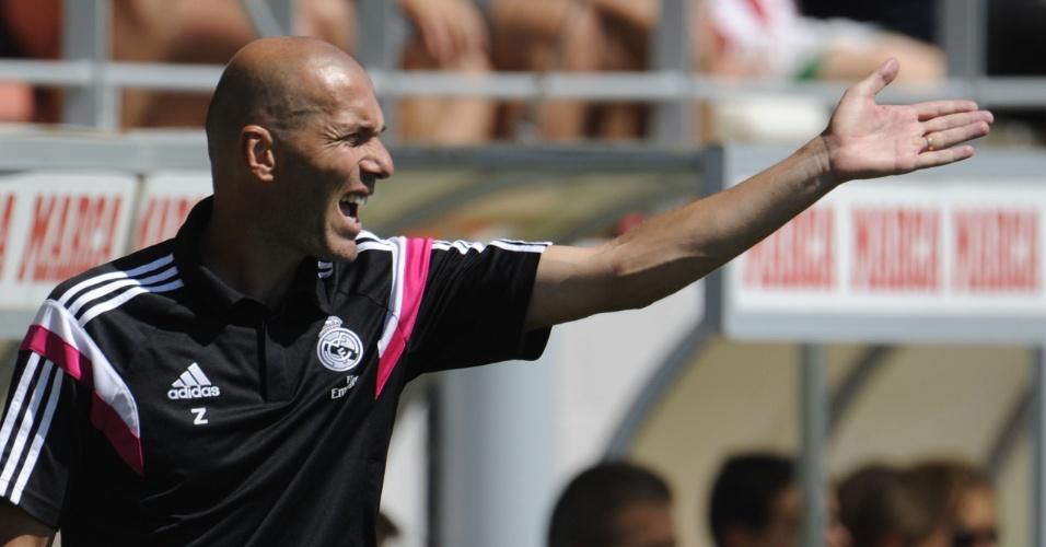 Zinedine Zidane, técnico do Real Madrid Castilla, orienta sua equipe em um jogo da terceira divisão da Espanha