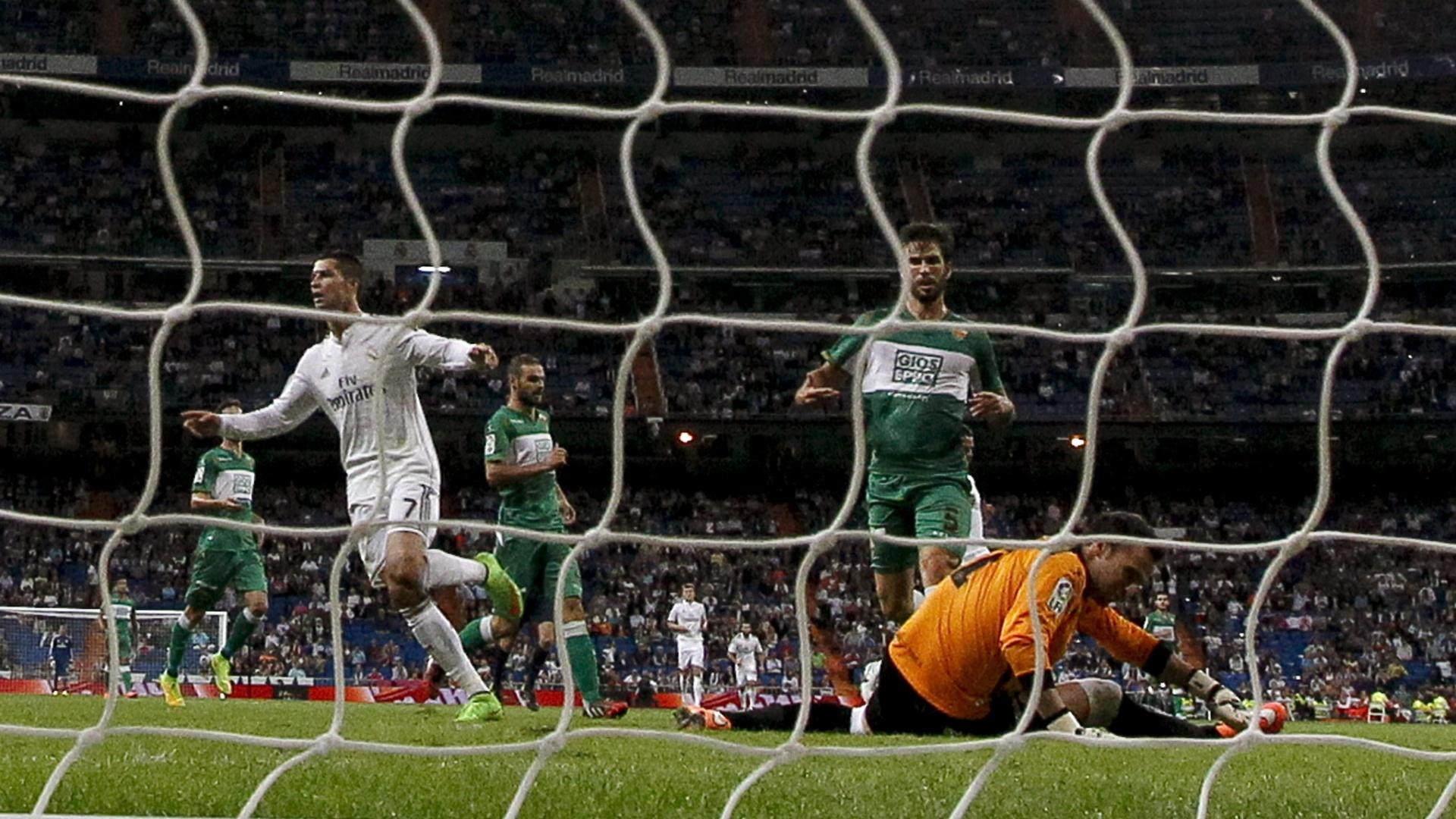 23. set. 2014 - Cristiano Ronaldo marca contra o Elche, pelo Campeonato Espanhol