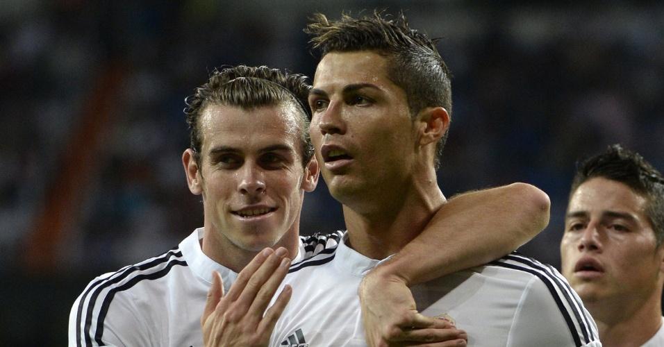 Cristiano Ronaldo comemora o gol marcado pelo Real Madrid contra o Elche, pelo Campeonato Espanhol, abraçado ao galês Gareth Bale
