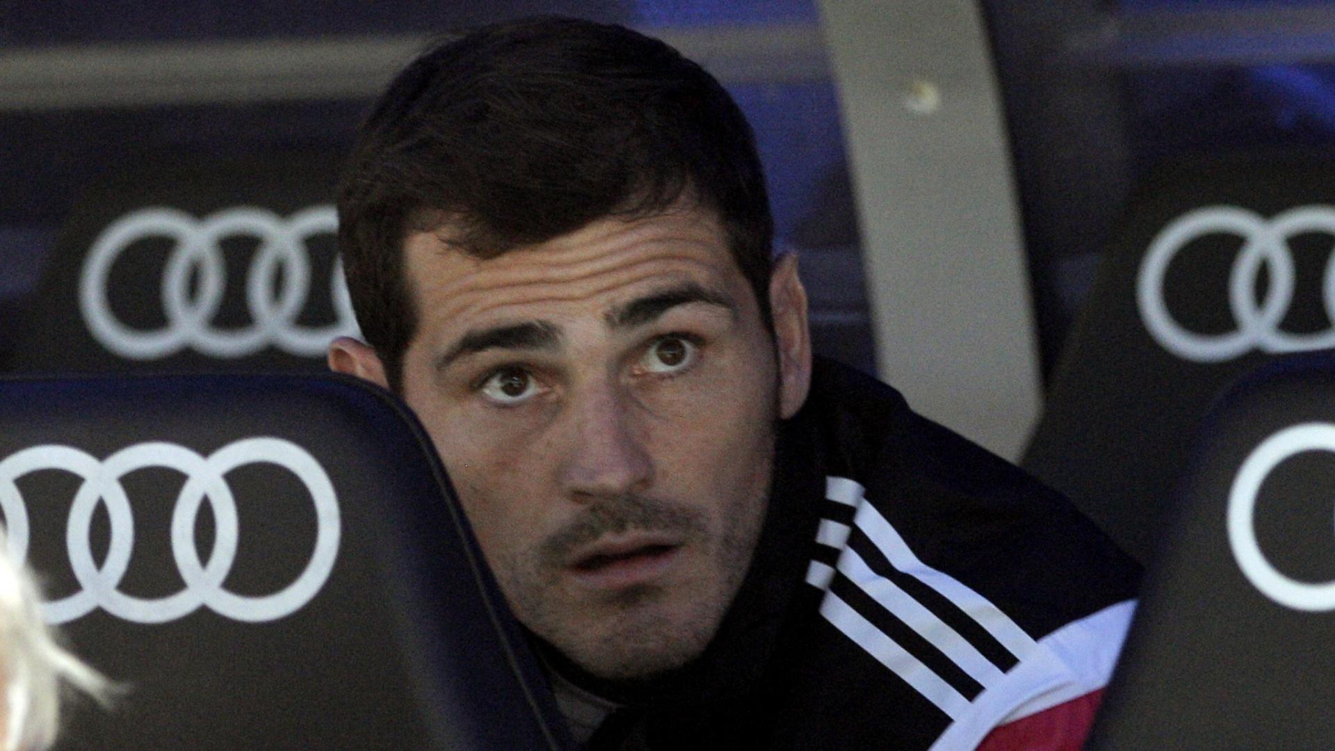 Iker Casillas, goleiro do Real Madrid, fica no banco de reservas na partida contra o Elche, pelo Campeonato Espanhol