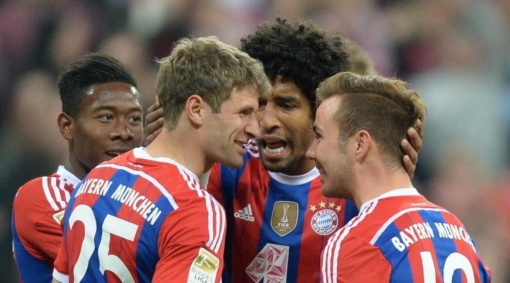 Thomas Müller e Götze comemoram com companheiros após o primeiro gol do Bayern sobre o Paderborn