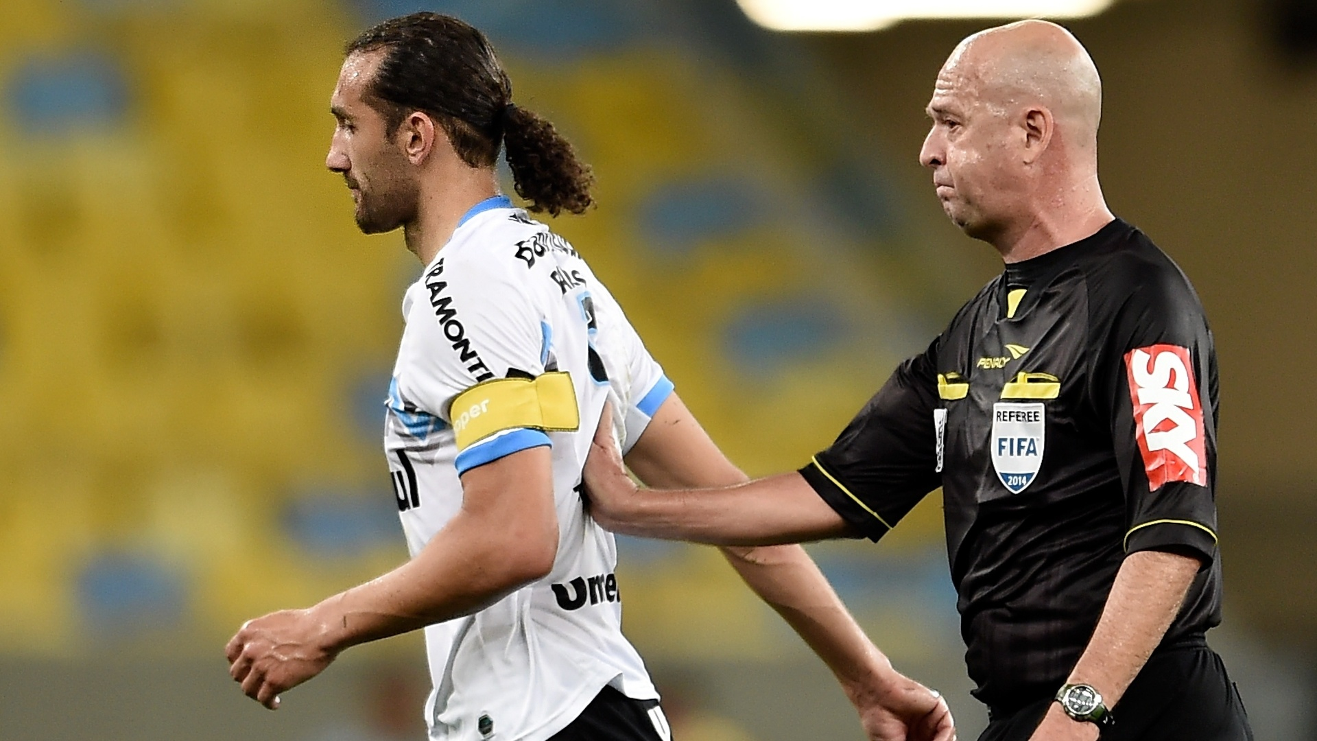 Barcos é empurrado pelo árbitro Heber Roberto Lopes