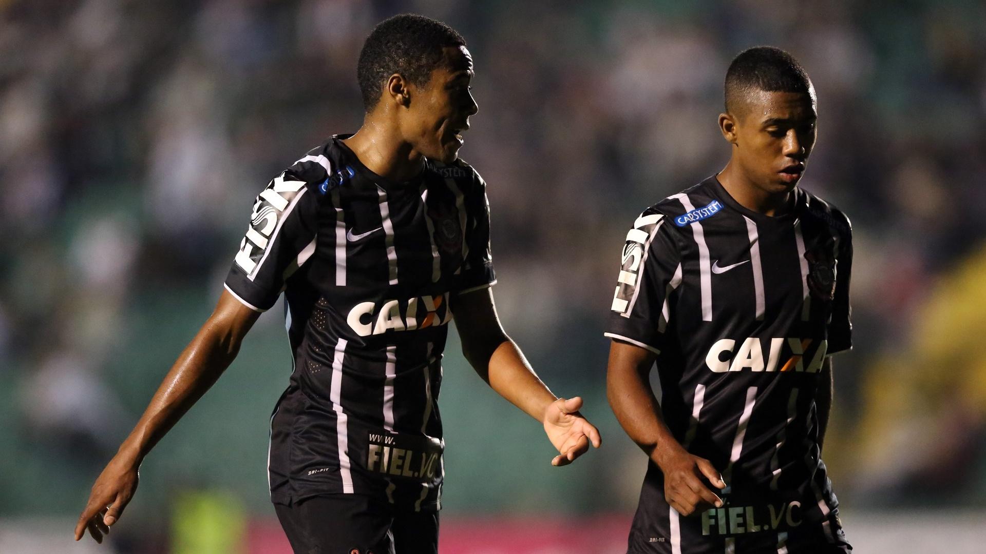 Elias e Malcom batem papo em confronto do Corinthians com o Figueirense