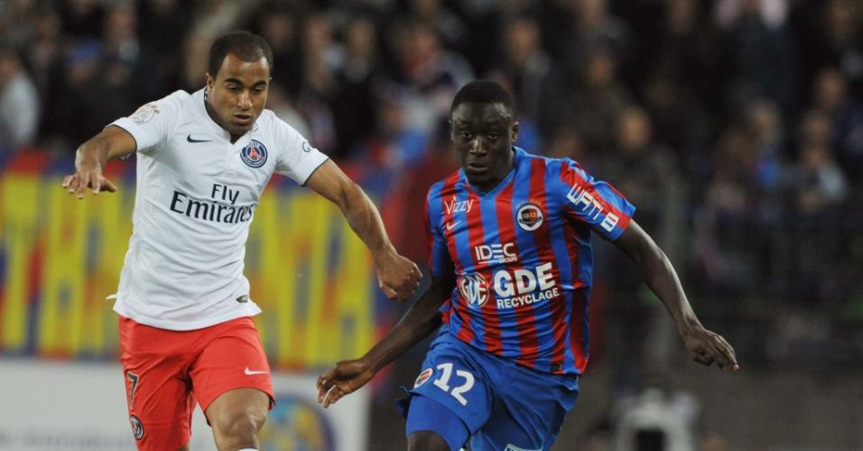 Lucas tenta se livrar da marcação de Dennis Appiah no jogo entre PSG e Caen