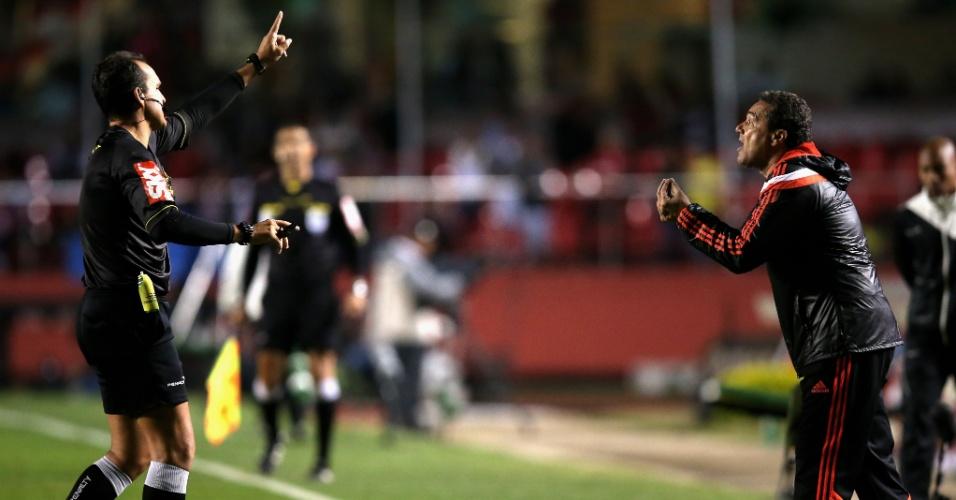 Luxemburgo reclama com o árbitro após segundo pênalti marcado para o São Paulo (24.set.2014)