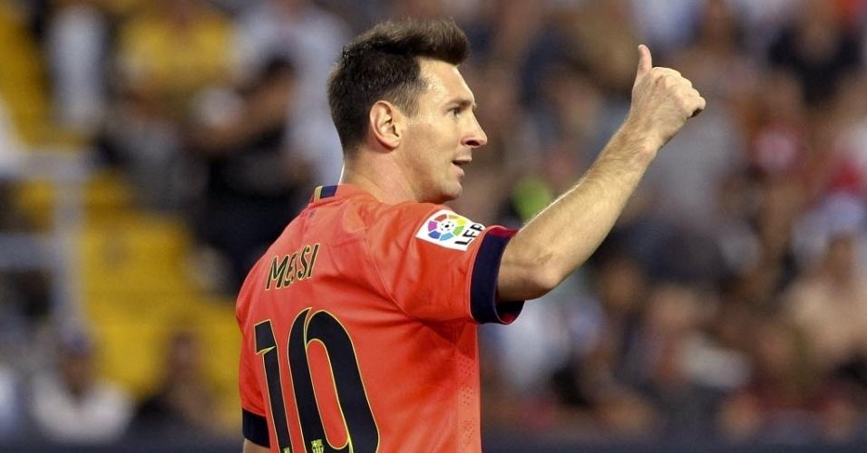 Messi faz sinal de positivo durante jogo do Barcelona pelo Campeonato Espanhol