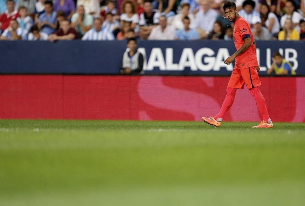 Neymar dá uma cusparada durante o jogo do Barcelona contra o Málaga. Brasileiro foi discreto.