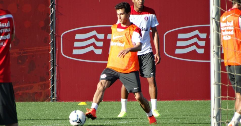 25.set.2014 - Nilmar participa de primeiro treino com bola após voltar ao Inter