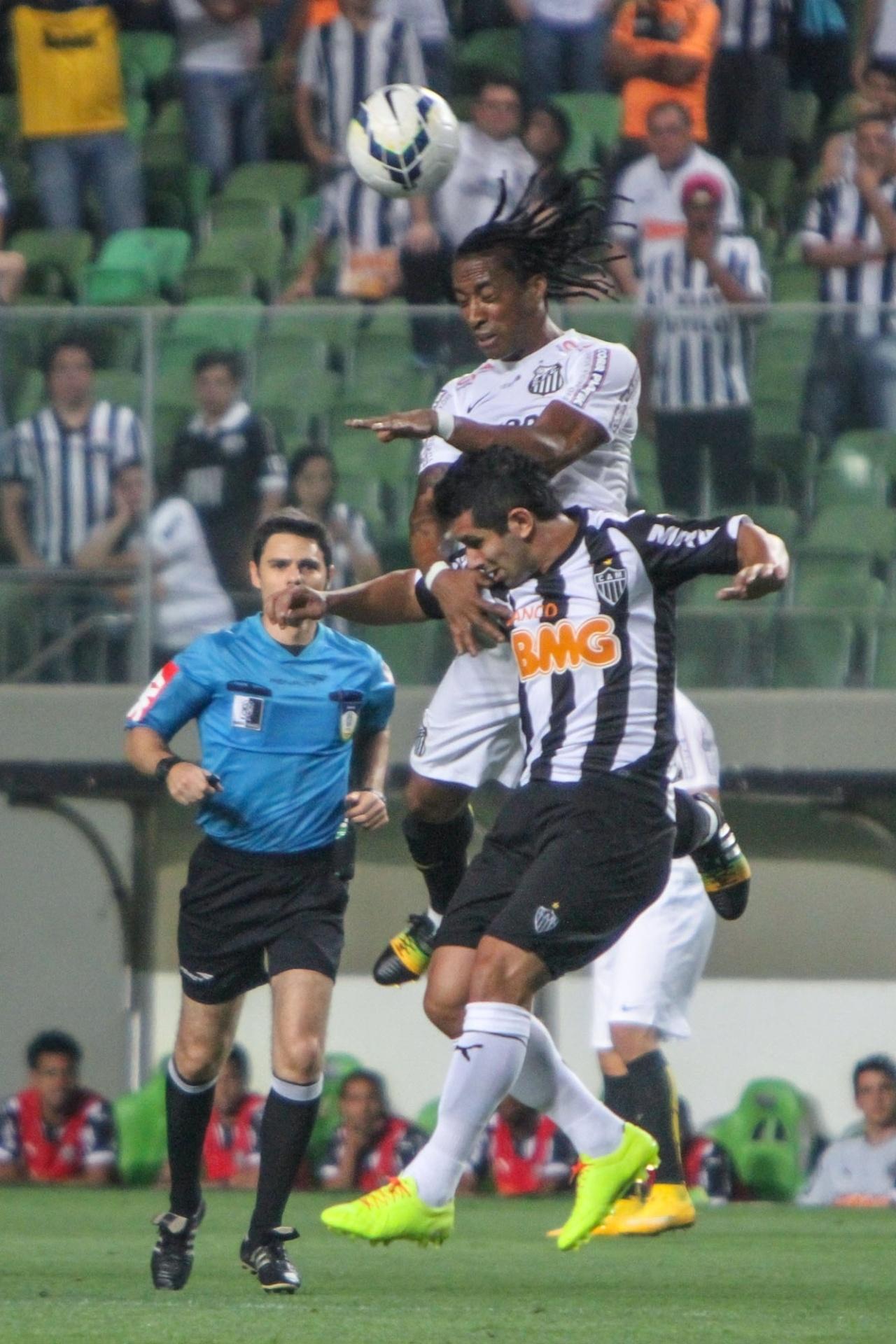 Arouca, do Santos, ganha de cabeça de guilherme, do Atlético-MG