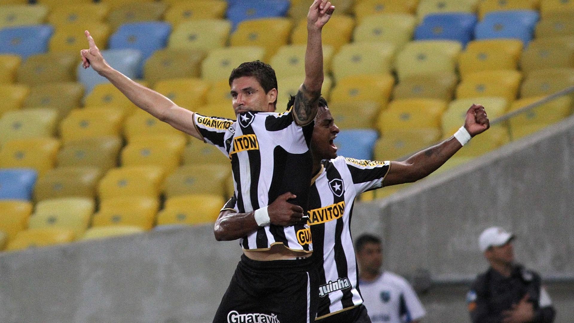 Bolívar comemora o gol que abriu o placar para o Botafogo sobre o Goiás
