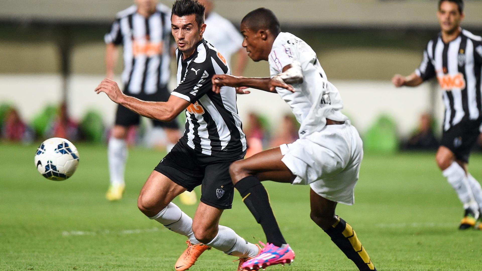 Caju, do Santos, tenta marcar Dátolo, do Atlético-MG