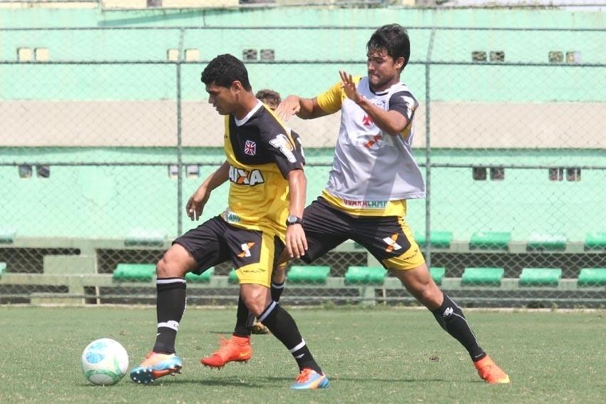 Dakson e Pedro Ken disputam a bola no treinamento no CFZ