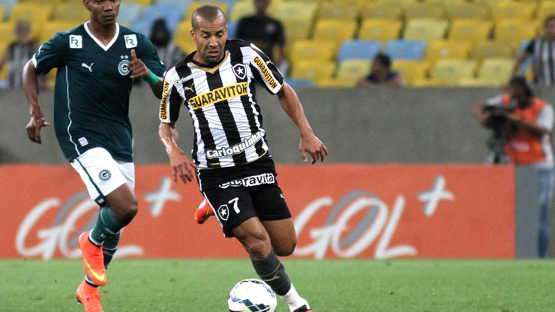 Emerson Sheik conduz a bola em ataque do Botafogo contra o Goiás
