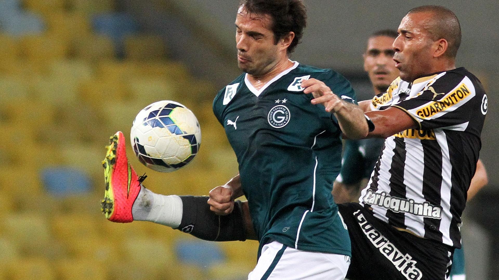 Emerson Sheik, do Botafogo, tenta roubar a bola de jogador do Goiás