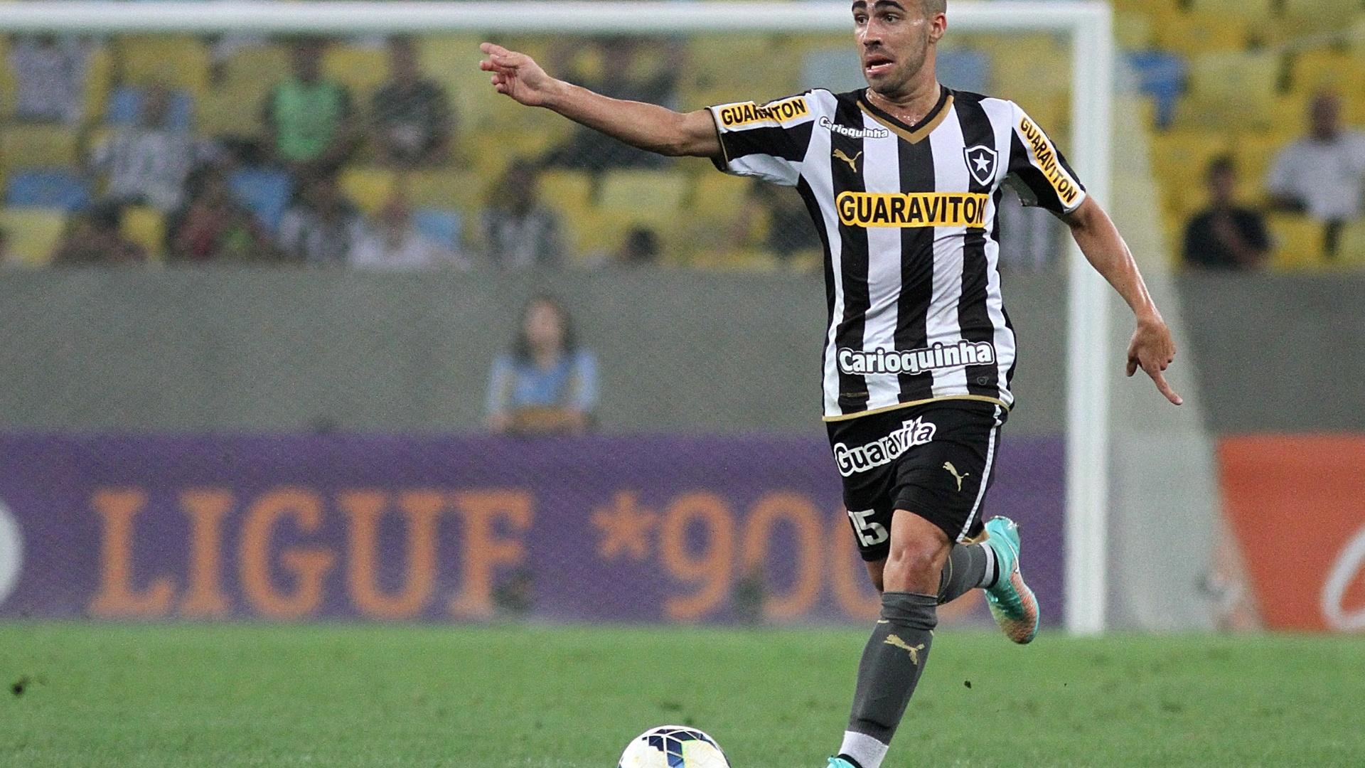 Gabriel conduz o Botafogo ao ataque no Maracanã