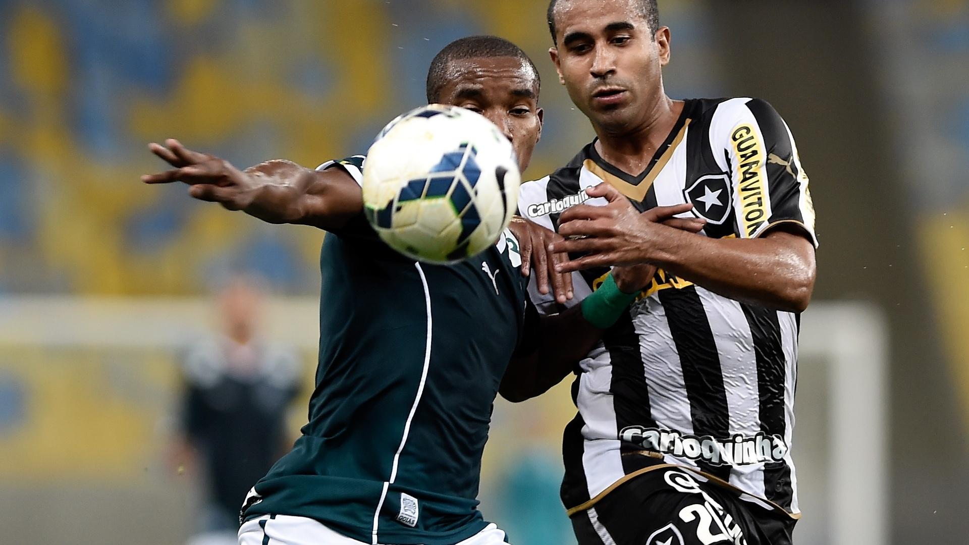 Thiago Mendes, do Goiás, e Julio Cesar, do Botafogo, lutam pela bola no Maracanã