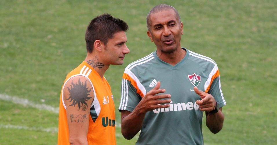 26.set.2014 - O técnico do Fluminense, Cristóvão Borges, conversa com o atacante Rafael Sóbis