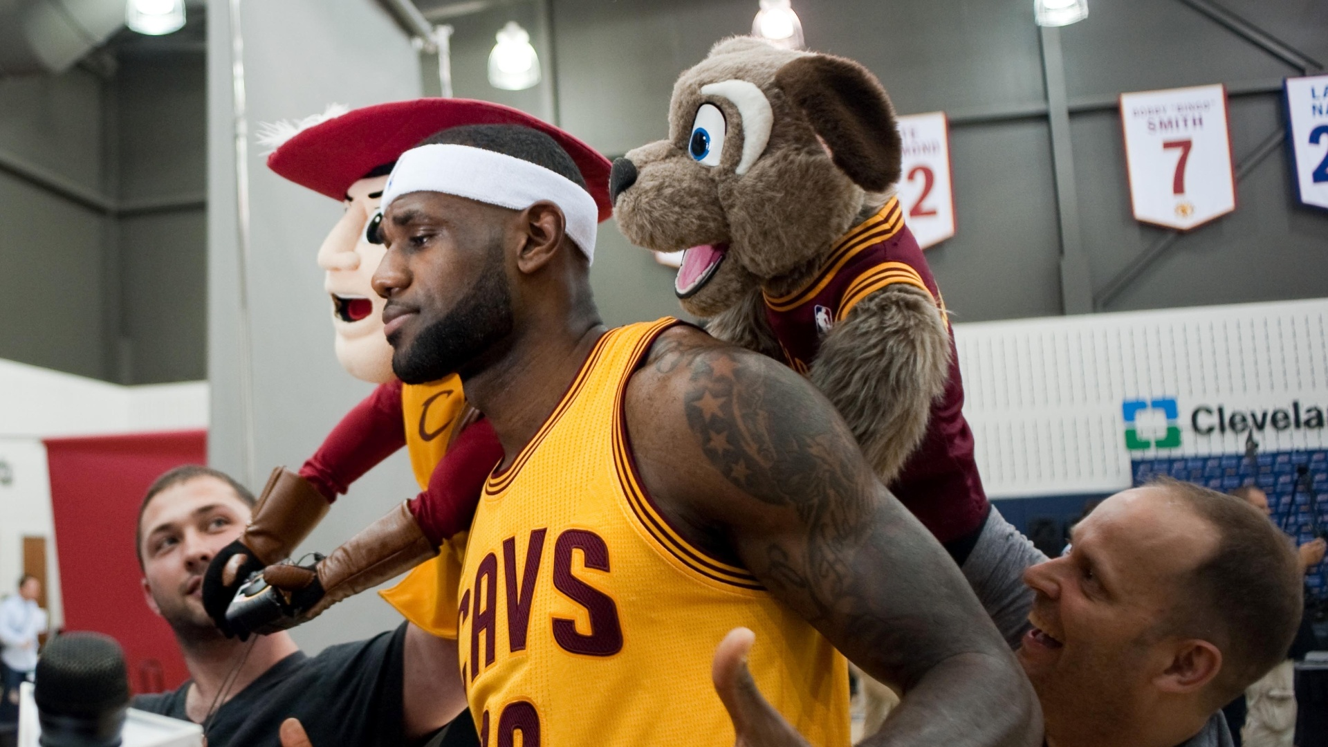 Astro do Cavs posa com as mascotes da franquia no Media Day