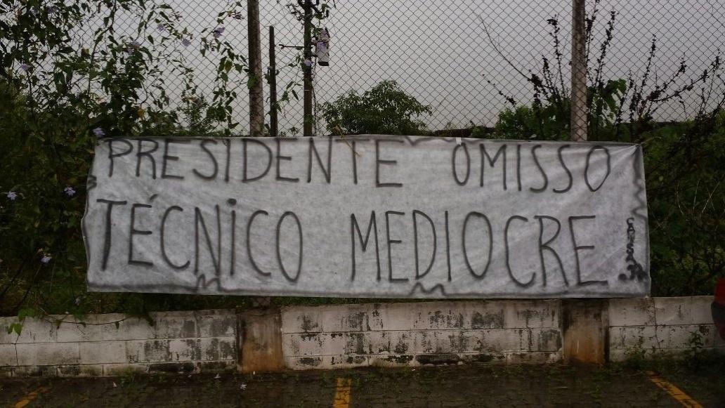 De acordo com a torcida, Mano Menezes não merece continuar no clube. Torcedores ainda erraram ao esquecer do acento na palavra 'medíocre'