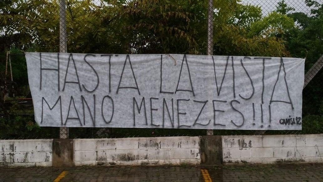 Faixa cobra saída de Mano Menezes do comando do Corinthians
