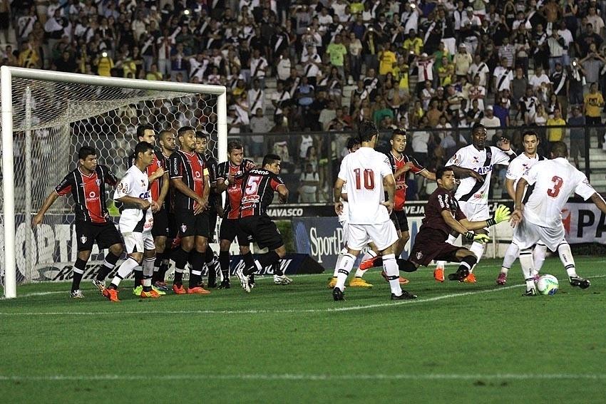 Jogadores do Vasco cobram falta dentro da área após recuo da defesa do Joinville