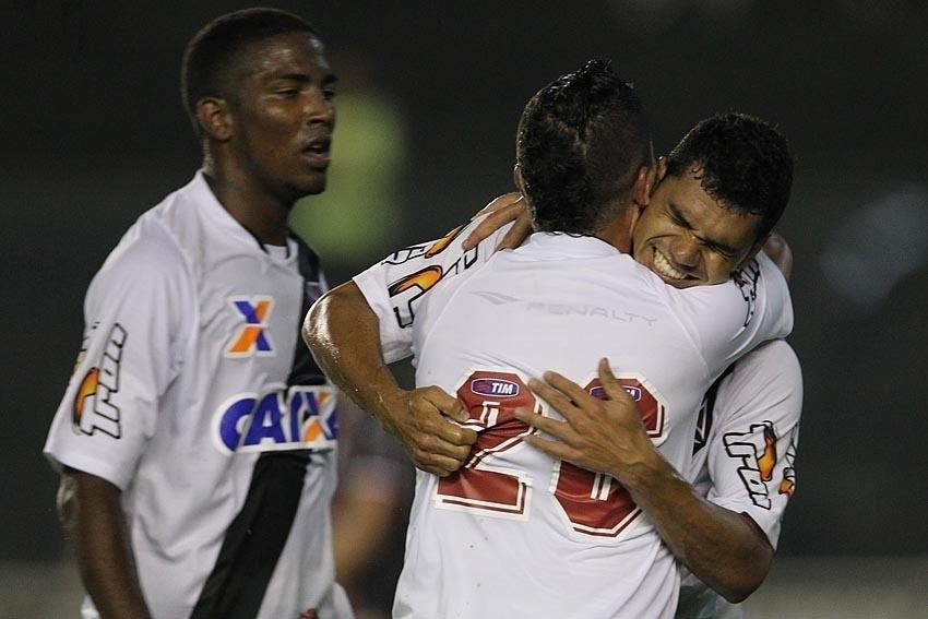 Jogadores do Vasco comemora gol contra o Joinville