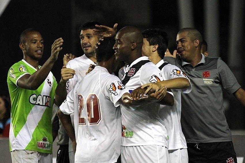 Jogadores do Vasco comemoram segundo gol em São Januário