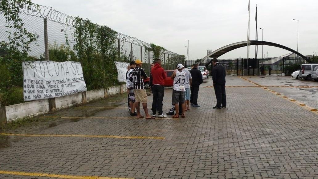 Torcedores do Corinthians se reuniram em frente ao CT para pedir a saída do técnico Mano Menezes