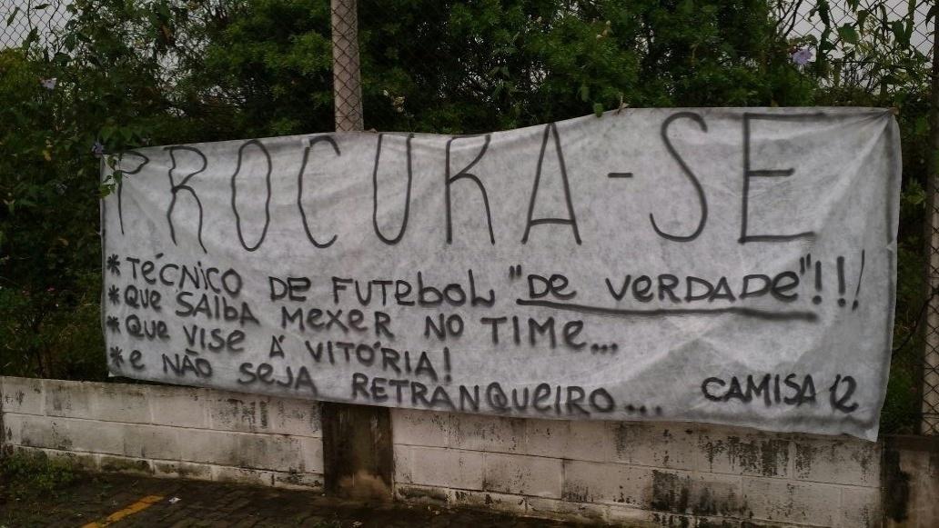 Torcida errou acento na frase 'que vise a vitória' em faixa de protesto. Além disso, ?montanha-russa? tem hífen