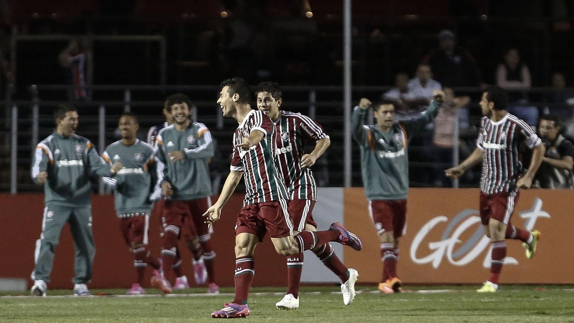 Fred corre para abraçar companheiros de Fluminense após marcar sobre o São Paulo