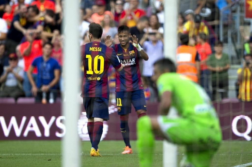 Neymar e Messi comemoram gol do Barcelona em rodada do Campeonato Espanhol